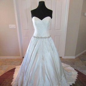 Allure style 9165 Wedding Dress
